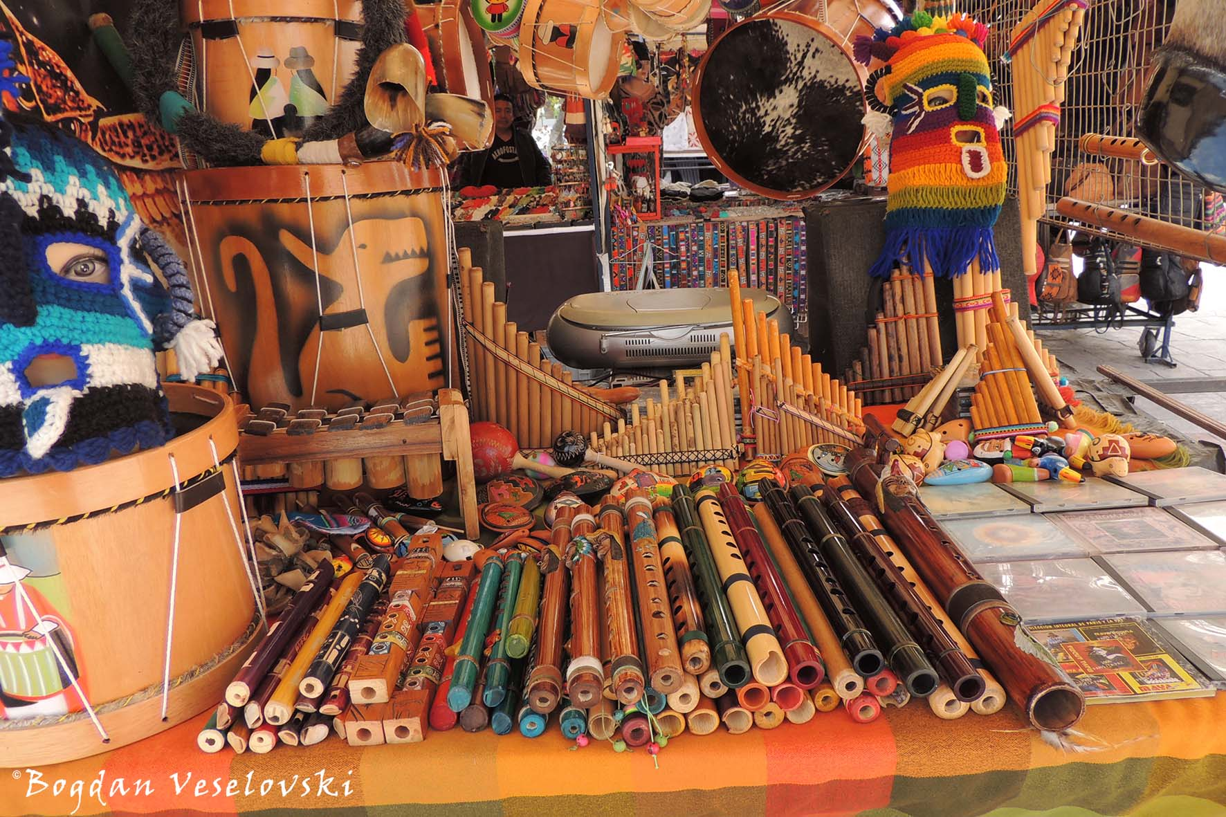 Andean clothes, decoration, household appliances, tools & musical instruments